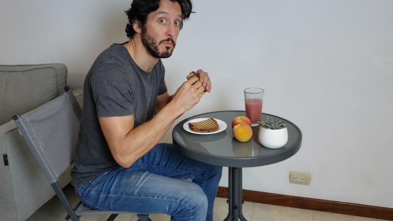 Desayuna en posición sentada